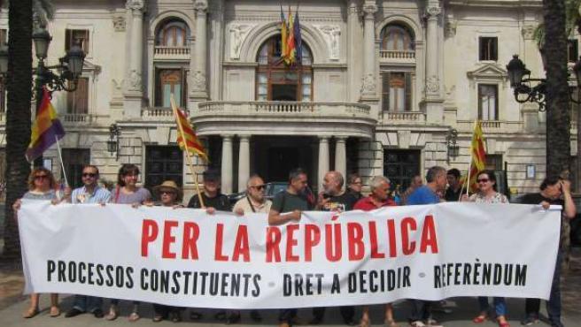 Personas se concentran por la república en Valencia