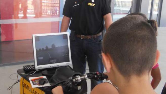 Los alumnos manejan el simulador de conducción