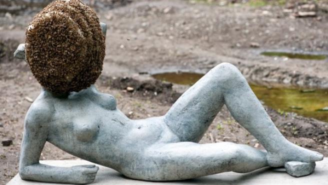 La escultura de Huygue sólo se puede ver a siete metros de distancia por el peligro de que las abejas del panal piquen a los espectadores