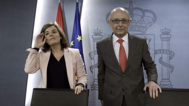 La vicepresidenta del Gobierno, Soraya Sáenz de Santamaría, y el ministro de Hacienda, Cristóbal Montoro, llegan a la rueda de prensa tras la reunión del Consejo de Ministros que ha aprobado la reforma fiscal.