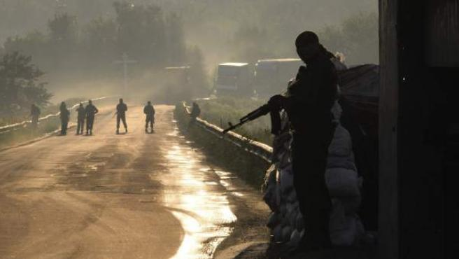 Milicianos prorrusos mientras vigilan un puesto de control cerca de la localidad de Kalivka, próxima a Donetsk (Ucrania).