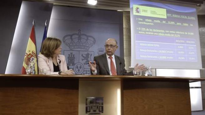 La vicepresidenta del Gobierno, Soraya Sáenz de Santamaría, y el ministro de Hacienda, Cristóbal Montoro, durante una rueda de prensa.