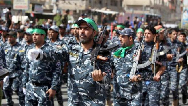 Miles de combatientes, seguidores del clérigo chií Muqtada al Sadr, en un desfile paramilitar en una ciudad al este de Bagdad (Irak).