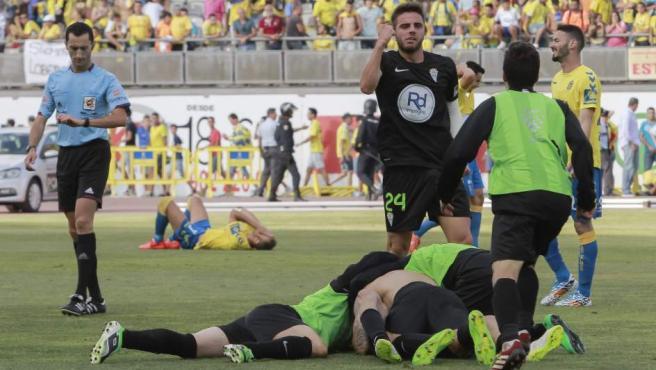 Los jugadores del Córdoba CF celebran su ascenso a Primera División ante la desolación de los jugadores de la UD Las Palmas.