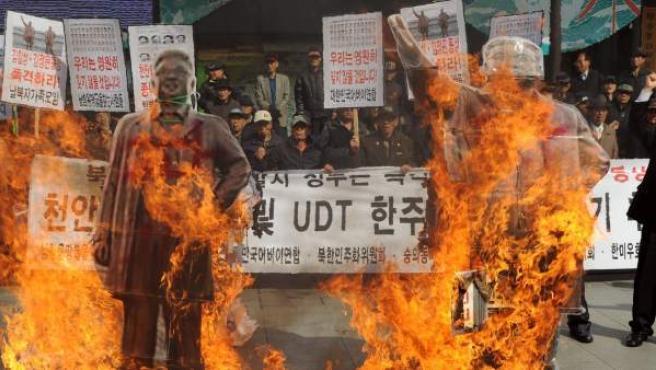 Activistas surcoreanos queman dos retratos de los exlíderes norcoreanos Kim Il-Sung y Kim Jong-Il durante una manifestación contra Corea del Norte por el tercer aniversario del hundimiento del buque Cheonan, que causó 46 muertos y que Seúl atribuye a Pyongyang.