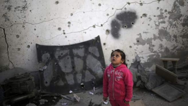 Una niña camina entre los escombros de una casa en el norte de Gaza. Al menos cinco menores palestinos resultaron heridos leves en la madrugada en ataques de la Fuerza Aérea israelí contra objetivos de la milicia de Hamás en Gaza.