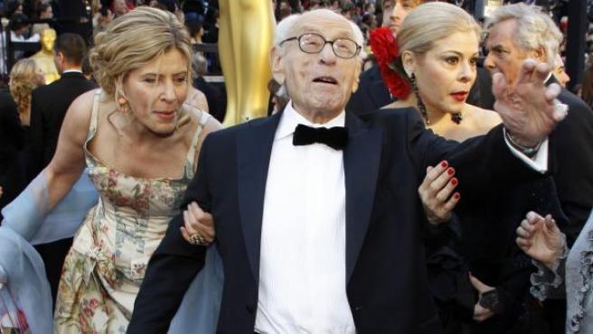 El actor Eli Wallach a su llegada a la gala de los Premios Oscar en 2011.