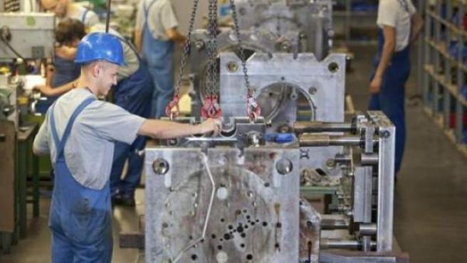 Imagen de archivo de un trabajador en una fábrica.