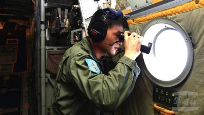 Fotografía cedida por la Agencia de Noticias Militar de Taiwán en la que se muestra a un soldado que participa en la búsqueda del avión desaparecido de la aerolínea Malaysia Airlanes.