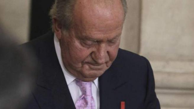 El Rey Juan Carlos durante la firma que hacía efectiva su abdicación.