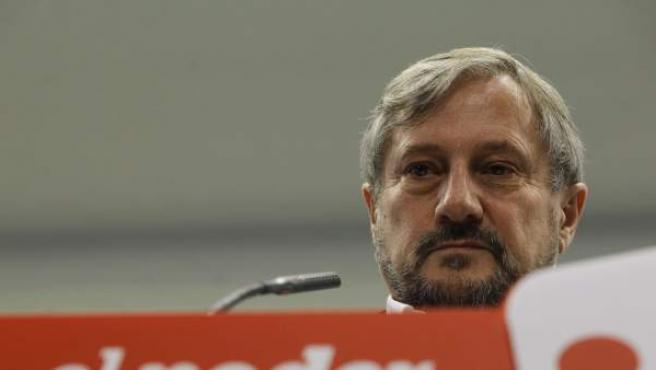 El eurodiputado de IU, Willy Meyer, durante la rueda de prensa donde ha presentado su dimisión tras conocerse que el fondo voluntario de pensiones del Parlamento Europeo que tenía estaba vinculado a una Sicav en Luxemburgo. Ayer se dio de baja de dicho fondo de pensiones europeo.