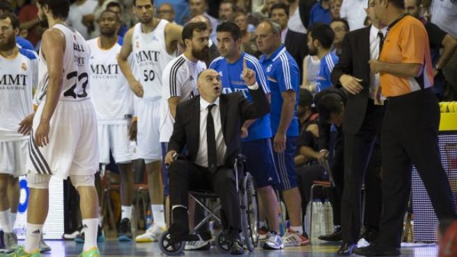 El entrendor del Real Madrid, Pablo Laso (c) protesta a los árbitros durante el cuarto partido de la final de la Liga ACB ante el FC Barcelona disputado en el Palau Blaugrana.