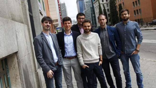 En primer plano, Jorge Galindo, Kiko Llaneras, Jorge San Miguel, Pablo Simón, Octavio Medina y Roger Senserrich.