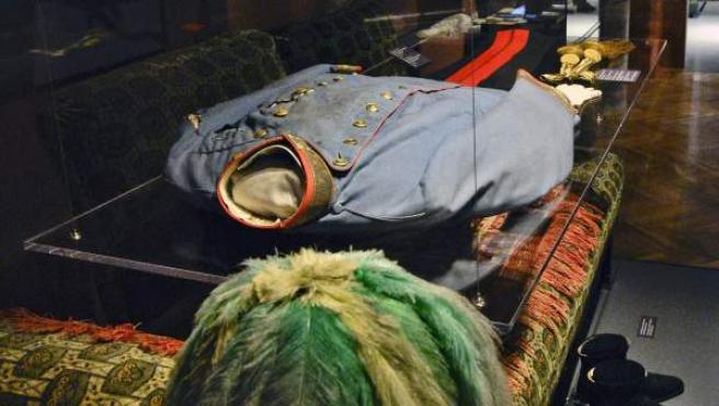 El uniforme de caballería del archiduque Francisco Fernando, en la exposición sobre la Primera Guerra Mundial del Museo Militar de Viena en Austria. La abundante sangre vertida por el archiduque empapó su casaca y la camisa interior blanca, ahora marrón oscura.
