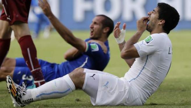 El uruguayo Luis Suárez y el italiano Giorgio Chiellini, tras el incidente que protagonizaron ambos en el Italia-Uruguay del Mundial de Brasil 2014.