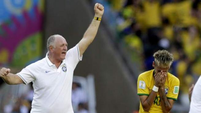 Scolari celebra el pase de Brasil mientras Neymar llora de emoción.