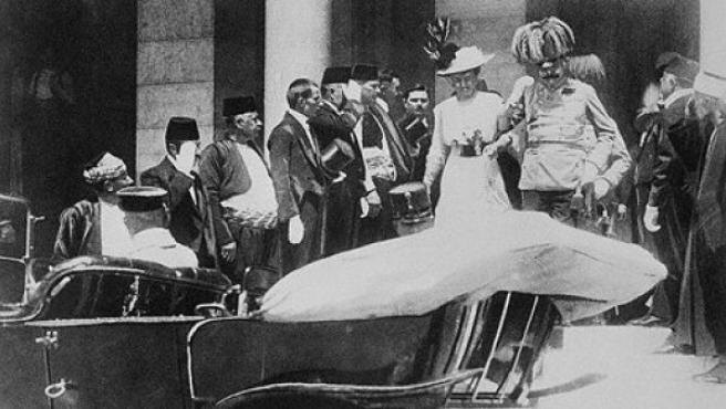 Francisco Fernando y su mujer Sofía, en Sarajevo, poco antes de ser ambos asesinados.
