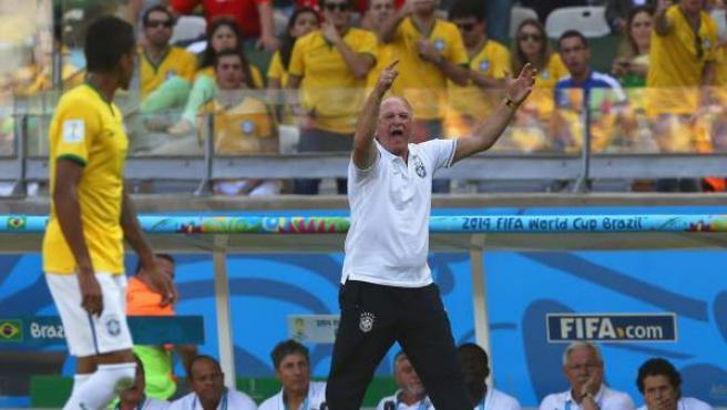 El seleccionador de Brasil, Luiz Felipe Scolari, protesta una jugada del partido de octavos de final del Mundial entre su selección y la de Chile.
