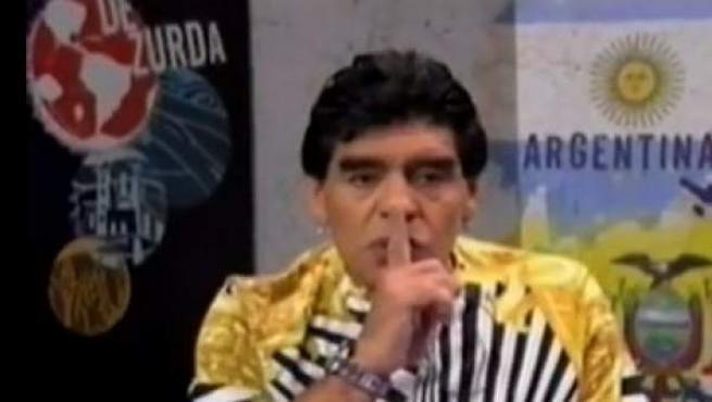 Diego Maradona manda callar a Pelé y a Beckenbauer en su programa de la televisión venezolana.