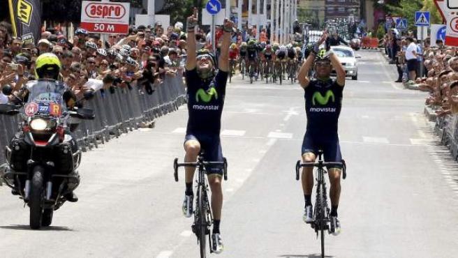 El ciclista Ion Izaguirre (i), del Movistar se proclama vencedor del Campeonato de España de Ciclismo 2014 y llega a meta junto a su compañero de equipo Alejandro Valverde (d), que ha conseguido la medalla de plata.