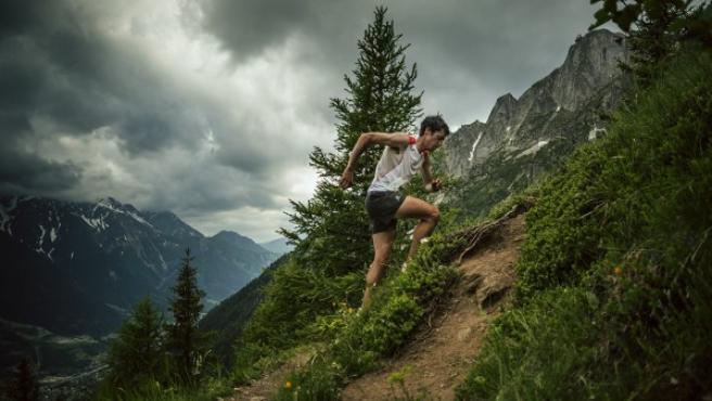 El ultrafondista Kilian Jornet afronta un empinado tramo montañoso.