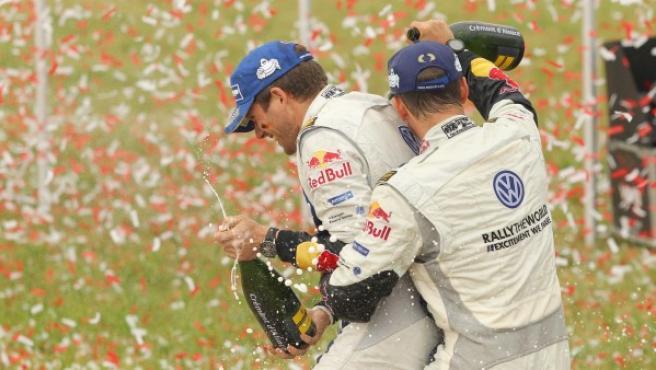 El piloto francés Sebastien Ogier y su copiloto Julien Ingrassia celebran su victoria en el Rally de Polonia 2014.