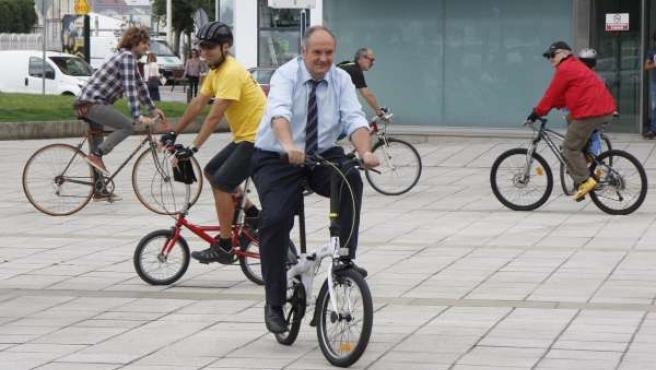 El consejero de Medio Ambiente de Cantabria en bici