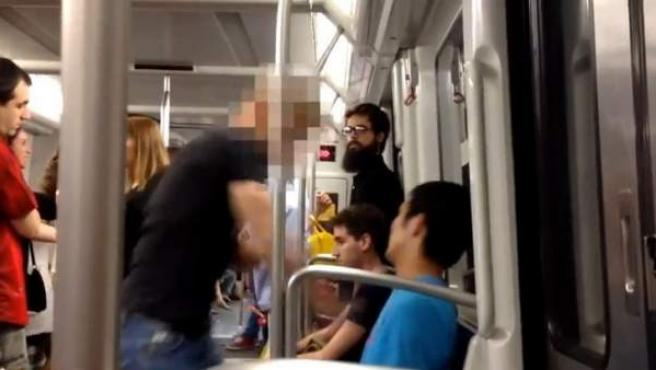 Una captura de un vídeo en la que un joven agrede a otro de origen asiático en el Metro de Barcelona.
