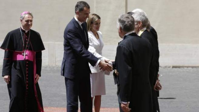 Los reyes de España son recibidos en el Vaticano.