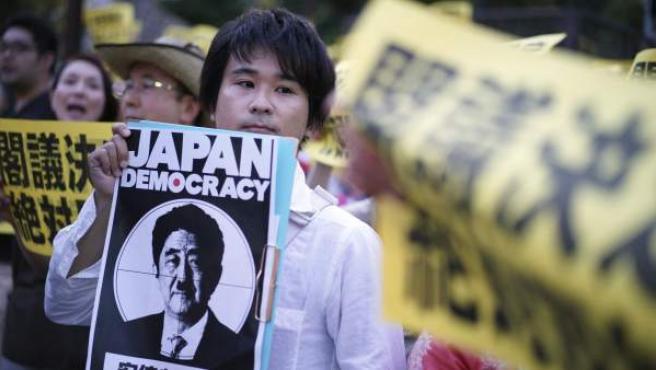 Manifestantes protestan contra el primer ministro nipón, Shinzo Abe, con motivo de la reforma de la Constitución en materia de Defensa en la residencia de Abe en Tokio (Japón).