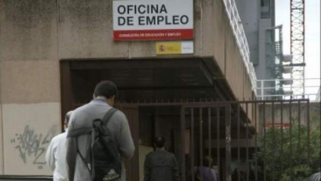 Personas entrando en una oficina de empleo en Madrid.