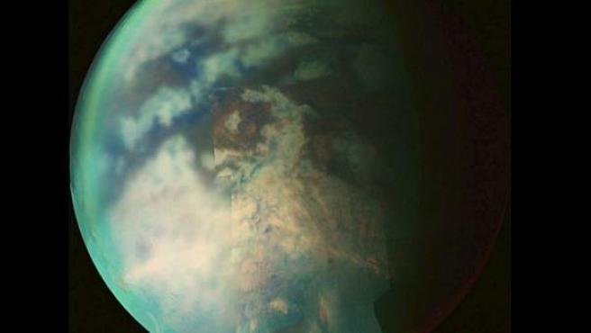 Titán, la mayor luna del planeta Saturno.