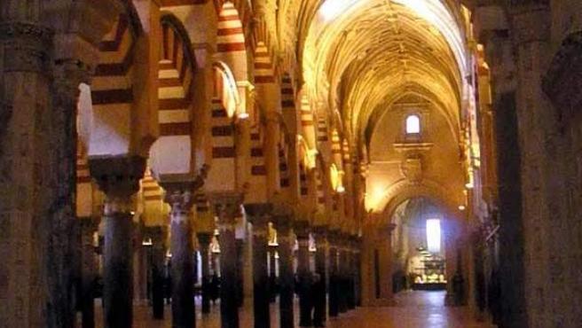 Uno de los pasillos, con elementos de la Mezquita y de la Catedral.