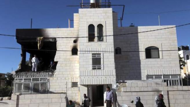 La casa de Amar Abu Eysha, uno de los sospechosos de secuestrar a los tres jóvenes israelíes, permanece destrozada tras un ataque del Ejército de Israel.