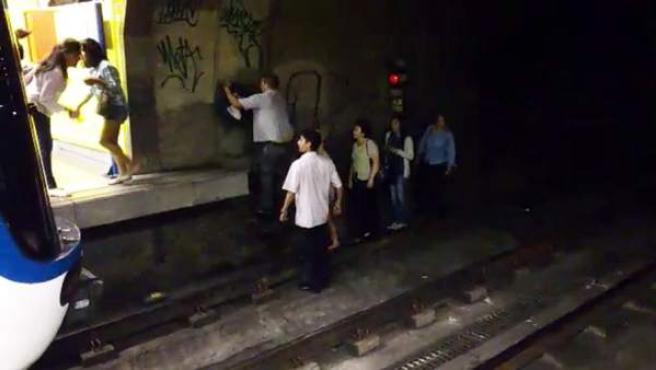 """Un incidente producido en uno de los túneles del Metro de Madrid, que la compañía atribuye a un """"problema en un tren"""", ha obligado a evacuar a los viajeros del convoy caminando por el túnel y subiendo por la escalerilla de servicio hasta el andén. El incidente ha ocurrido en la estación de Acacias."""