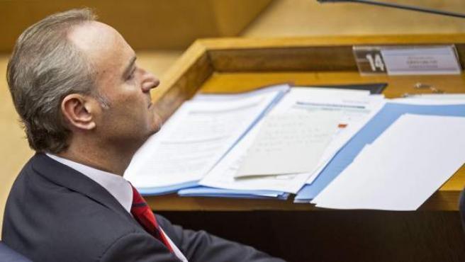 El presidente de la Generalitat, Alberto Fabra, en su escaño de Les Corts durante una sesión de control.