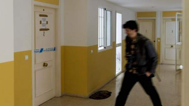 Imagen de la puerta precintada de la vivienda de la familia de Alcalá de Guadaíra que sufrió la pérdida de tres miembros.