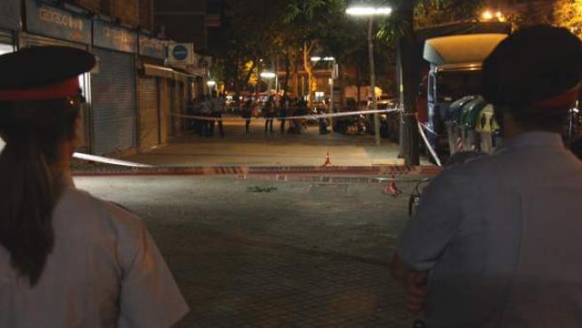 Dos agentes de los Mossos d'Esquadra custodian el supermercado donde un compañero jubilado ha resultado herido al intentar evitar un atraco.
