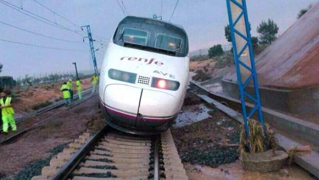 La locomotora de un AVE ha tenido que detenerse esta tarde en el municipio de Alpera, debido a las balsas de agua acumuladas en las vías.