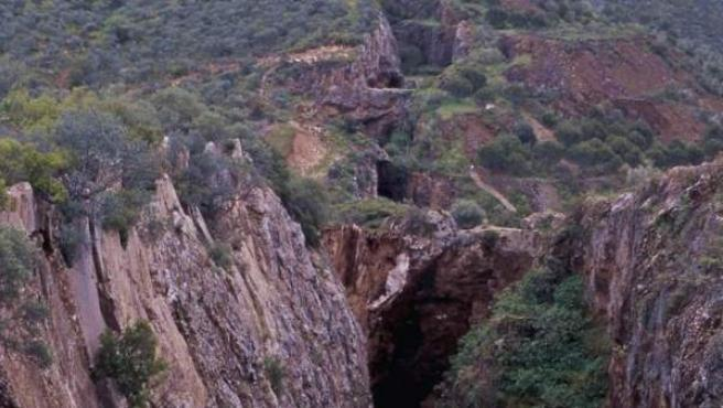 Situada en la sierra de La Jayona, en la mina se extrajo hierro hasta 1921.