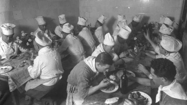 """Fotografía facilitada por el Archivo Nacional de Cataluña del fondo Gabriel Casas Galobardes de cocineros del hotel Ritz de Barcelona, que forma parte de la exposición """"Menús de guerra"""", que acoge el Museo de Historia de Barcelona hasta el 28 de septiembre."""