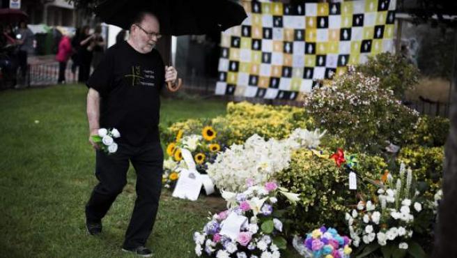 Un familiar participa en la ofrenda de flores en recuerdo de las víctimas realizado este jueves.