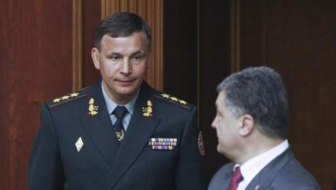 El presidente ucraniano, Petro Poroshenko (d), presenta al recién nombrado ministro de Defensa, el coronel general, Valeriy Heletey (i), al Parlamento ucraniano.