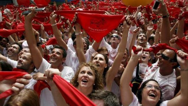 Un grupo de personas celebra la tradicional fiesta navarra.
