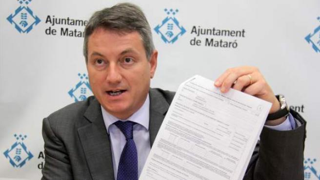 El alcalde de Mataró, Joan Mora, muestra su certificado de ingresos de la Federación de Municipios de Cataluña tras la polémica de los sobresueldos.