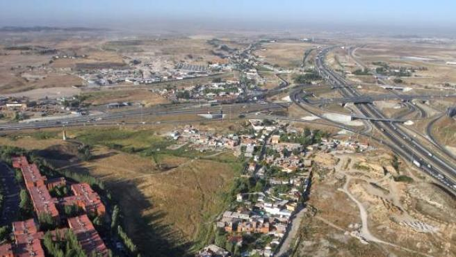 Imagen aérea de la Cañada Real a su paso por Rivas Vaciamadrid. Al fondo, el vertedero de Valdemingómez.