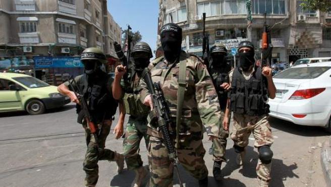 Miembros de las brigadas Al Nassir Salah Al-Dine tras realizar una conferencia de prensa llevada a cabo en protesta contra el ataque israelí contra Cisjordania y Jerusalén.
