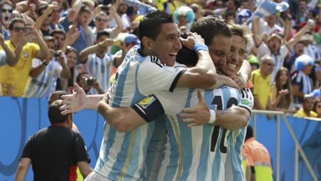 Los jugadores de la selección argentina de fútbol celebran su gol ante Bélgica.