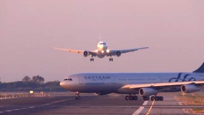 Un avión de UTair rectificó en el último momento el aterrizaje, al cruzarse otra aeronave de Aerolíneas Argentinas.