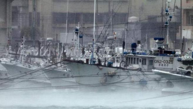 Un grupo de embarcaciones, aseguradas en el puerto de Itoman, en la isla de Okinawa (Japón).